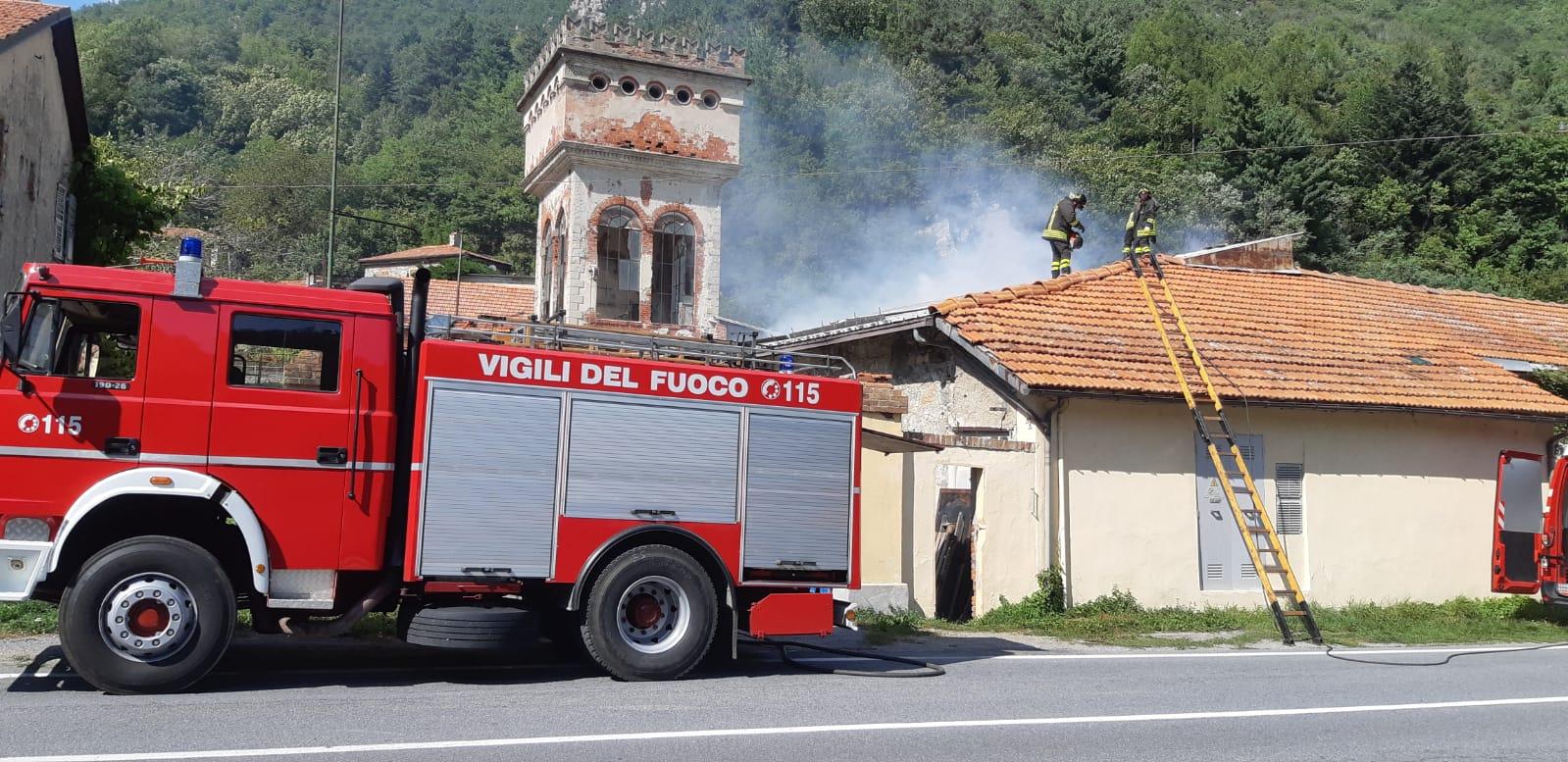 """Tetto In Lamiera Opinioni garessio: in fiamme il tetto della ex """"fabbrica del cotone"""