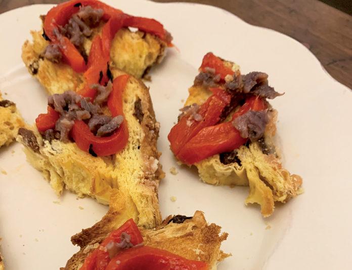 Crostini (di panettone) con peperoni e acciughe