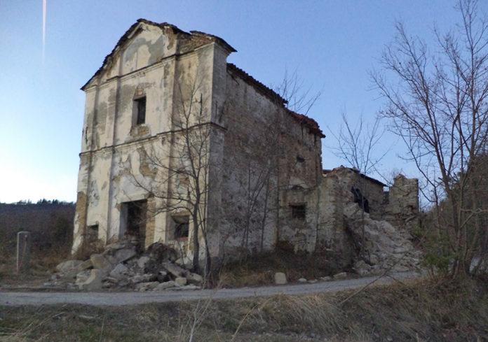 Rubano pietre da un campanile crollato per il maltempo