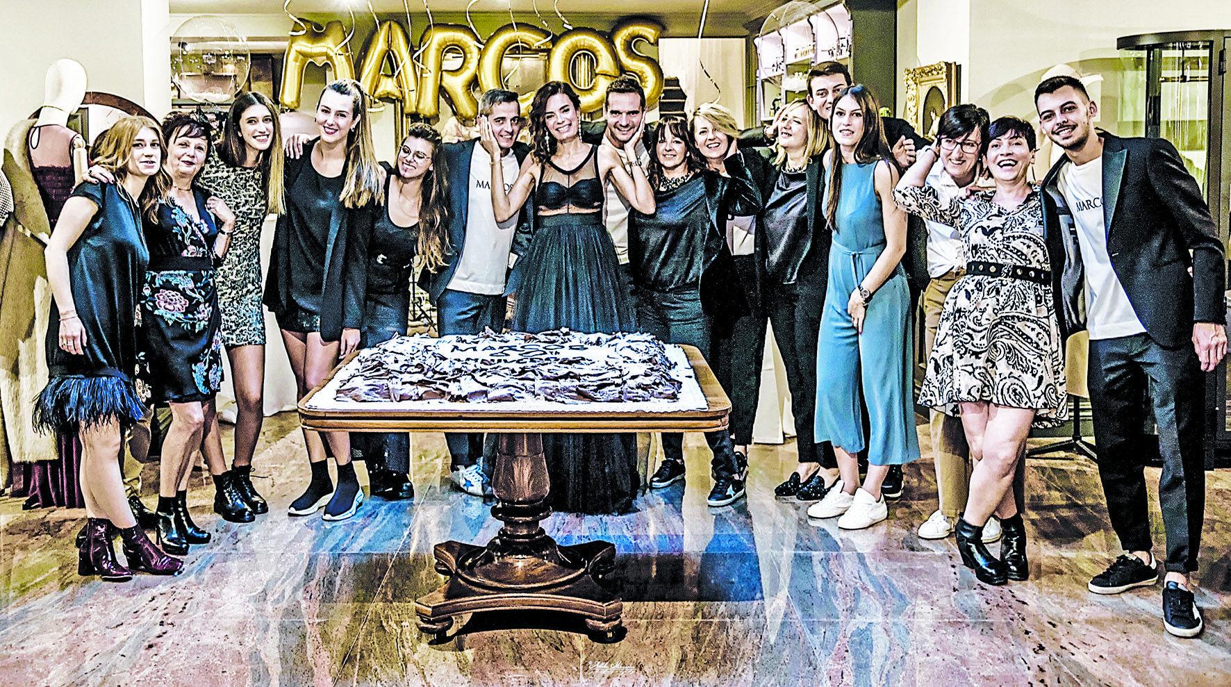 <p>I titolari e lo staff della boutique Marcos nel giorno del 50º compleanno. L'azienda, che da quest'anno è una società per azioni, garantisce una ventina di posti di lavoro</p> <p>