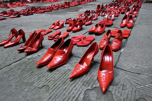scarpe rosse e sagome viola stop alla violenza sulle donne l unione monregalese scarpe rosse e sagome viola stop alla