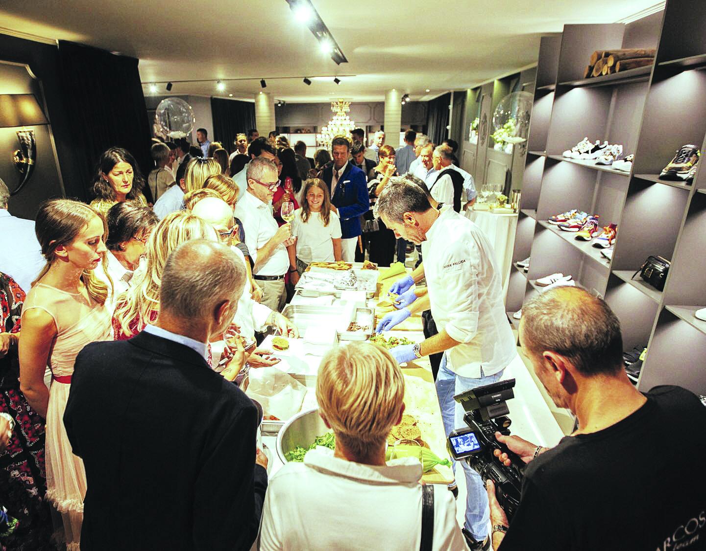 <p>Lo show cooking degli chef stellati all'evento per i 50 anni di Marcos</p> <p>